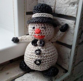 Вязание крючком из мусорных пакетов: мистер Снеговик де Снегуно