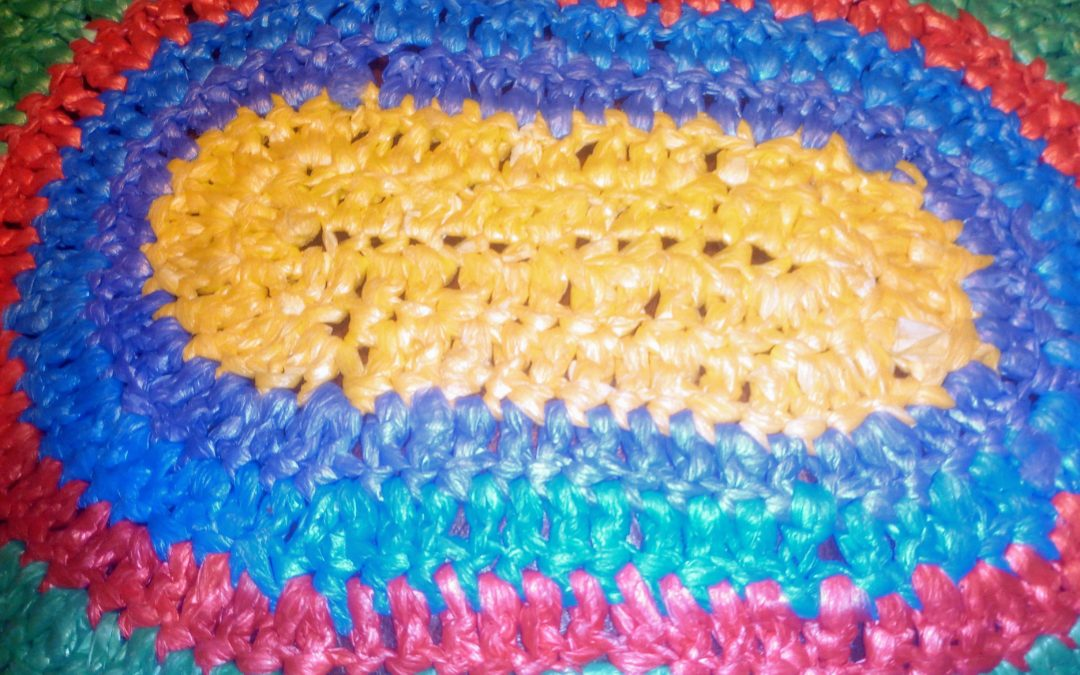 Вязание ковриков из пакетов: непромокаемый коврик в ванную