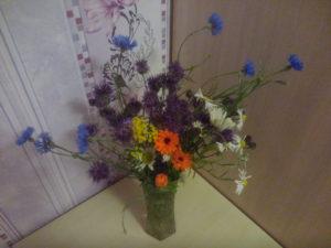 Красивый букет полевых цветов, напоминающий детство