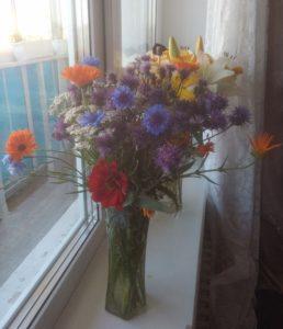 Красивый букет полевых цветов на окне